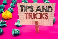 Att skriva anmärkningsvisning tippar och trick Affärsfoto som ställer ut förslag att göra saker lättare hjälpsam rådgivninglösnin royaltyfria foton