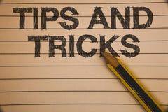 Att skriva anmärkningsvisning tippar och trick Affärsfoto som ställer ut förslag att göra saker lättare hjälpsamma rådgivninglösn arkivfoto