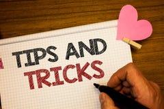 Att skriva anmärkningsvisning tippar och trick Affärsfotoet som ställer ut förslag att göra saker lättare hjälpsamma rådgivninglö arkivbild