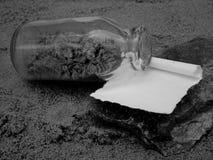 Att att skriva ett meddelande i en flaska arkivfoto