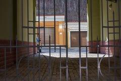 Att skriva in gården är den openwork porten för stängd metall Arkivfoton