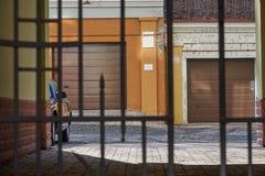 Att skriva in gården är den openwork porten för stängd metall Arkivfoto