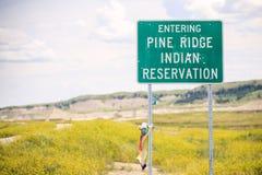 Att skriva in sörjer Ridge Indian Reservation Road Sign Fotografering för Bildbyråer