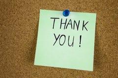 Att skriva tackar dig på den klibbiga stolpeanmärkningen Fotografering för Bildbyråer