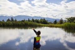 Att skumma för pojke vaggar på ett damm arkivfoto