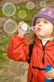 att slå bubbles ut tvål royaltyfri bild