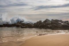 Att slå för Kalifornien kustvågor vaggar Royaltyfri Bild
