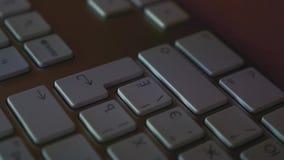 Att slå för män skriver in tangent på tangentbordet stock video