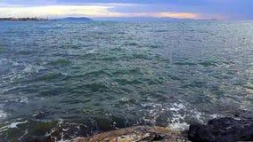 Att slå för vågor vaggar på solnedgången arkivfilmer