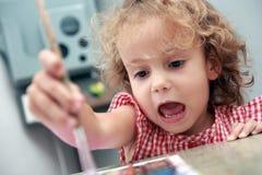 att slå ut för konstnär som är idérikt, tecknar flickan little arkivbild