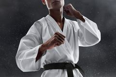 Att slåss för kampsportkämpe poserar arkivbild