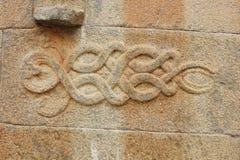 Att snida av att tvinna ormar slingrar på väggen av den Gomateshwara templet, Vindhyagiri, Shravanbelgola Royaltyfri Fotografi