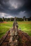 Att snida för sten av Angkor fördärvar med den stormiga skyen Fotografering för Bildbyråer