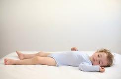 Att sova behandla som ett barn Fotografering för Bildbyråer