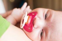 Att sova behandla som ett barn closeupståenden Royaltyfria Foton