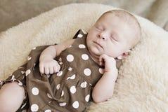 Att sova behandla som ett barn flickan Arkivfoton