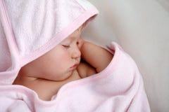 Att sova behandla som ett barn flickan Royaltyfria Bilder