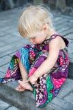 Att sova behandla som ett barn flickan Arkivfoto