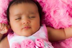 Att sova behandla som ett barn flickan i Pink Fotografering för Bildbyråer