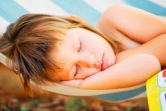 Att sova behandla som ett barn i hängmattan Royaltyfri Foto