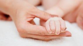 Att sova behandla som ett barn i hand av föräldern Fotografering för Bildbyråer