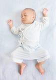 Att sova behandla som ett barn på baksida Fotografering för Bildbyråer