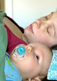 Att sova med behandla som ett barn Royaltyfri Foto