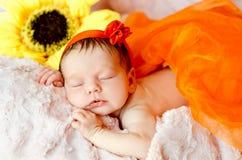 Att sova som är nyfött, behandla som ett barn flickan royaltyfria foton