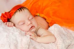 Att sova som är nyfött, behandla som ett barn flickan royaltyfri foto