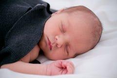 Att sova som är nyfött, behandla som ett barn Fotografering för Bildbyråer