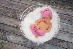Att sova som är nyfött, behandla som ett barn bärande rosa färger för flickan som sover locket Arkivfoto