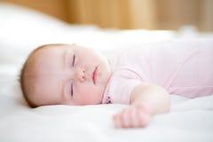 Att sova som är nyfött, behandla som ett barn flickan Arkivfoto