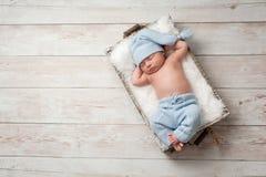 Att sova som är nyfött, behandla som ett barn ha på sig Pajamas Fotografering för Bildbyråer