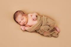 Att sova som är nyfött, behandla som ett barn pojken Arkivfoton