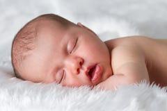Att sova som är nyfött, behandla som ett barn Arkivbild