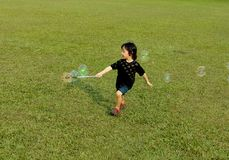 Att spela bubblar för gyckel royaltyfri foto