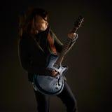 Att spela för gitarrist vaggar musik Fotografering för Bildbyråer
