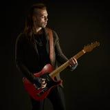 Att spela för gitarrist vaggar musik arkivbild