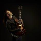 Att spela för gitarrist vaggar musik arkivbilder
