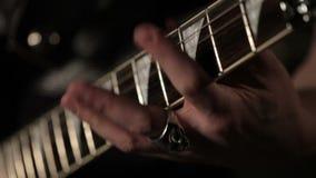 Att spela för gitarrist vaggar riff på den elektriska gitarren stock video