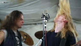 Att spela för rockband som är hårt, vaggar i studion arkivfilmer