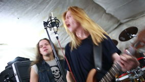 Att spela för rockband som är hårt, vaggar i studion stock video