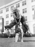 Att spela för två kvinnor hoppar grodan tillsammans (alla visade personer inte är längre uppehälle, och inget gods finns Leverant Arkivfoto