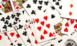 Att spela kort fördelade ut och blandat tillsammans Arkivbilder