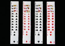 Att spela kort fördelade ut på en svart bakgrund Royaltyfri Foto
