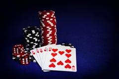Att spela kort, pokerchiper, och tärnar på tabellen Royaltyfri Foto