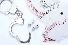 Att spela kort, tärnar, och handbojan arkivfoto