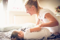 Att spela med mamman på morgonen är roligt ballerina little royaltyfri bild