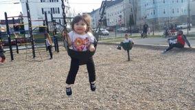 Att spela på parkera med ett nätt behandla som ett barn flickan royaltyfri fotografi
