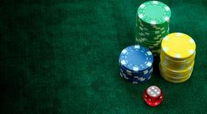 Att spela som är rött tärnar, och pengarchiper royaltyfri bild